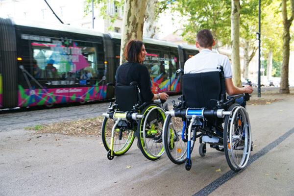 Light Drive sähköpyörätuoli laite kiinni pyörätuolissa.